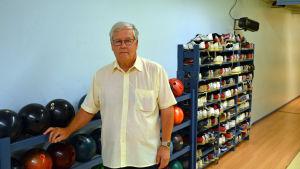 Henry Friman står framför bowlingbollar.