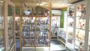 Ett rum fyllt med vitrinskåp. I dem finns det leksaker.