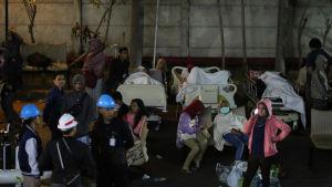 Skadade vårdas utanför ett sjukhus på ön Lombok i Indonesien.