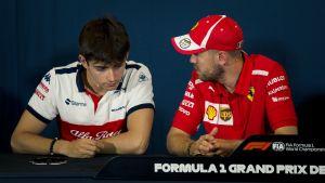 Charles Leclerc och Sebastian Vettel pratar med varandra.