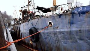 Skrotfartyg vid kaj.