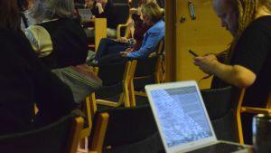 människor i föreläsningsutrymme