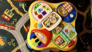 Leksak för de minsta med många knappar, både piano, räknemaskin mm i färglad plast.