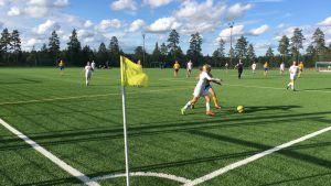 Juniorer spelar fotboll på konstgräsplan i Ingå.