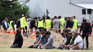 Sörjande ber under begravningen av Haji Mohammed Daoud Nabi som dödades i masskjutningen i Christchurch