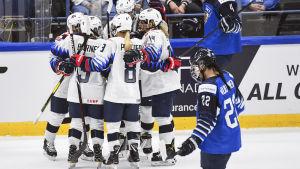 USA firar ett av sina många mål i VM-premiären i Esbo.