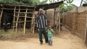 Frederick Kazigwemo och hans lilla barnbarn i Mbuo i Rwanda