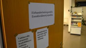 En dörr till en vallokal där man kan rösta.