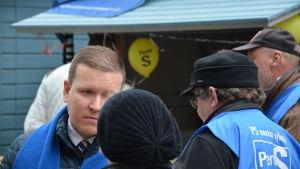 Sannfinlänarnas Ville Tavio talar med folk på valgatan i Åbo.
