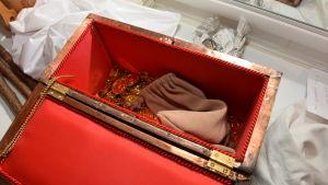 Pengar i en kista som hör till musikalen Robin Hood.