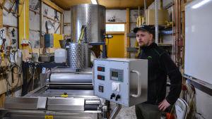 Denna maskin pressar bivax till bivaxplattor