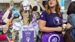 Kvinnor strejkar utanför universitetssjukhuset i Genève