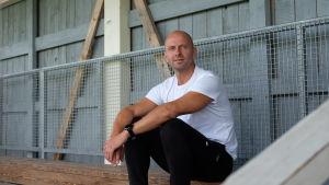 Sami Laakkonen sitter på läktaren på Borgå bollplan.