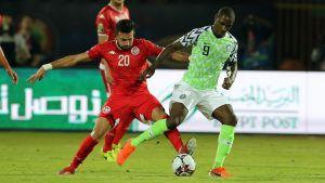Nigerias Odion Ighalo och Tunisiens Ghaylen Chaalali i bronsmatchen i Afrikanska mästerskapen i fotboll.