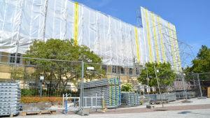 B-delen i Raseborgs sjukhus ska renoveras. Bland annat ska fasaden renoveras. På bilden syns en inpaketerad fasad och byggnadsställningar