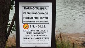 Skylt som meddelar om att fiskeförbud råder i Sibboviken.