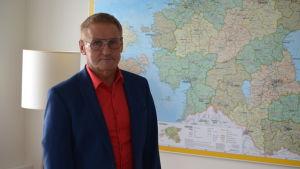 Minister Jaak Aab framför en karta på Estland
