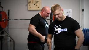 Mikael Kock på gymmet tillsammans med vännen Gustav.