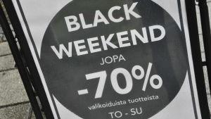 En svart och vit plansch som gör reklam för att man får 70 procent rabatt.