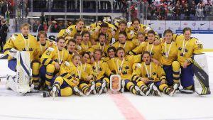 Sverige poserar i lagbild efter JVM-bronset.