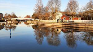 Sundet i Pargas i januarisolsken med gångbron i bakgrunden.