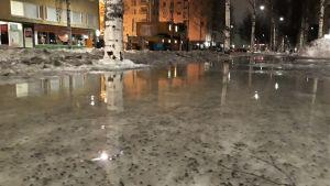 Joensuun Kirkkodun jalkakäytävällä on isot vesirapakot maanantaiaamuna.