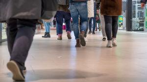 Ihmisiä  kävelemässä Mall of Triplassa.