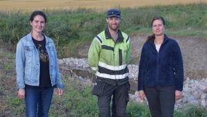 Jenny Jyrkänkallio-Mikkol, Rickard Backman och Hanna Westman står på en åker. De ser in i kameran.