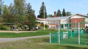 En skolbyggnad i rött tegel. Höjdems skola i Tenala. Tidig höst, spetember. Blå himmel.