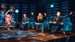 Katja Ståhl, Roman Schatz, Outi Mäenpää ja Elias Kaskinen fiilistelevät Elämäni Biisi -sohvilla.