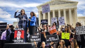 Kamala Harris talar till en grupp som protesterar mot Brett Kavanaugh nominering till domare i Högsta domstolen