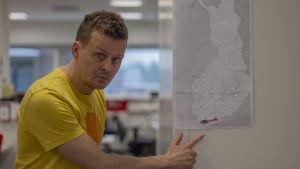 man pekar på Finlands karta