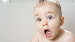 Baby gapar av häpnad
