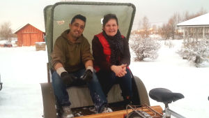 Bilal och Maria provitter Bilals tuktuk