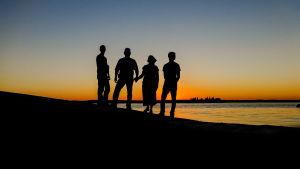 Familj i solnedgång