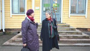 Ira Donner och Elsa Fromond väntar på tåget i Karis.
