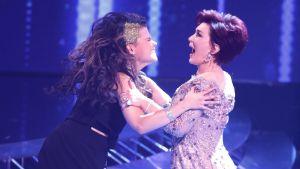 Saara Aalto och hennes mentor Sharon Osbourne i resultatsändningen av X Factor den 4 december 2016.