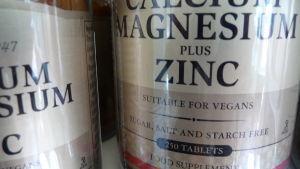 Närbild på pillerburk med kalcium, magnesium och zink.