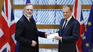 Tim Barrow överlämnar den brittiska utträdesansökan till Donald Tusk
