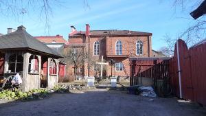 betesdakyrkan i Ekenäs sett från bakgården, en röd tegelbyggnad i två våningar
