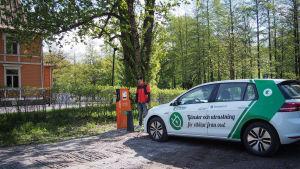 Laddningsstation för elbilar i Fiskars, på parkeringsplatsen utanför Samlingslokalen.