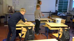 Eleverna städar upp i klassen efter slöjdlektionen.