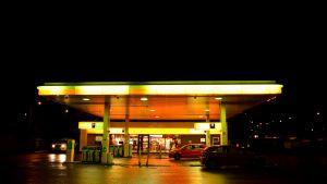 Bensinstation i nattbelysning