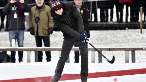 Prins William med bandyklubba i hand i Stockholm.