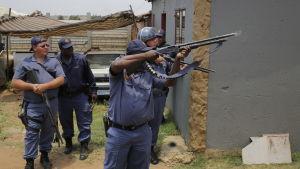 Arkivbild på sydafrikanska poliser under en sammandrabbning med demonstranter i Johannesburg 22.1.2018.