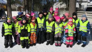 Gruppbild på barn från Hakalax daghem som medverkar i första avsnittet av programmet Superhjälparna år 2018