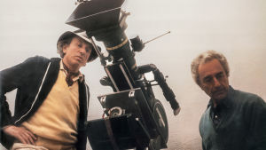 Elokuvaaja Carlo Di Palma ja elokuvaohjaaja Michelangelo Antonioni. Kuva dokumenttielokuvasta Carlo Di Palma ja elämän värit.
