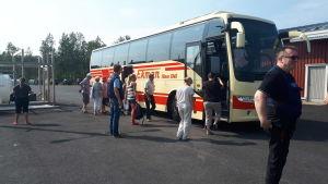 Passagerarna som var med på M/s Mässkär när den sjänk utanför Ådön stiger ombord på bussen.