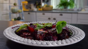 Brässerad Rödbeta med chili & lakrits och pesto gjord av blasten.