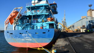 Rederiet Meriauras fraktfartyg M/S Eeva VG vid Nådendals kraftverk.